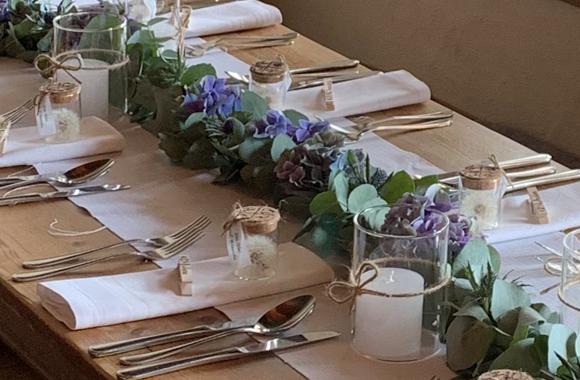 Schön gedeckter Tisch einer Hochzeit bei Leonhardts Stall Besen