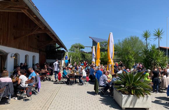 Großer Biergarten bei Leonhardts Stall Besen